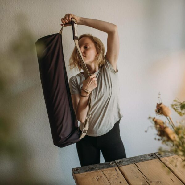 The hejhej-bag is made of recycled and super light. This makes it easy to flip it around your body and carry it.