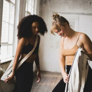 Two friends look at the new features of the sustainable yoga bag from hejhej.