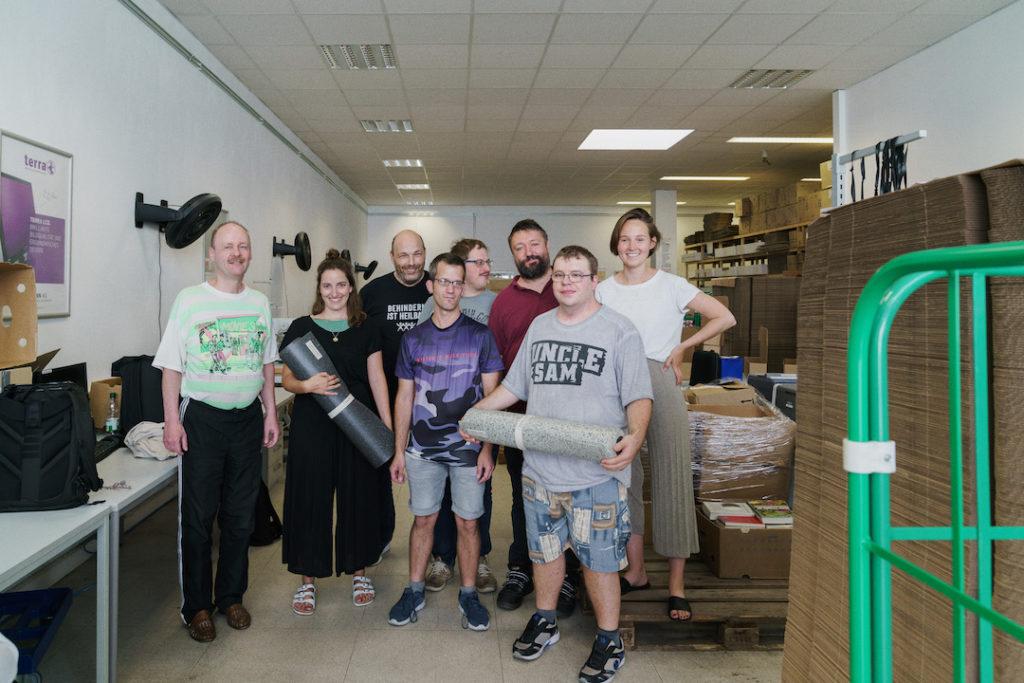 Das ganze Team der ethischen Herstellung einer Yogamatte von hejhej-mats