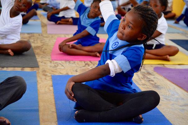 motiviertes Kind beim Yoga - unsere umweltfreundliche Yogamatte unterstützt Earth Child Project