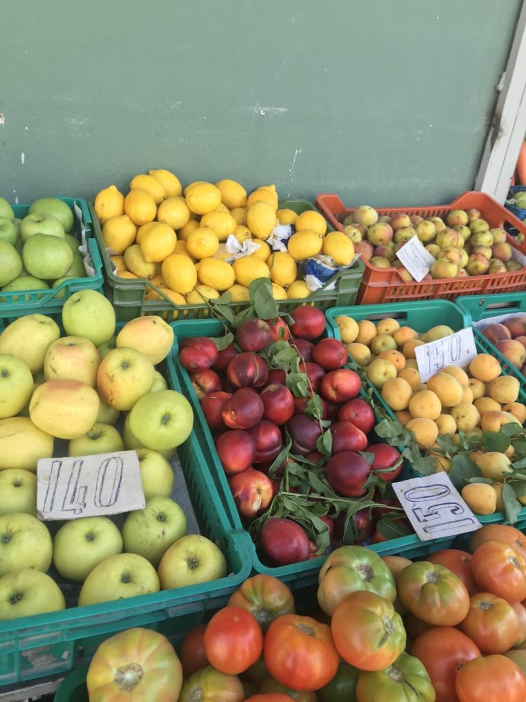 shopping local fruits as a sustainable traveling tip