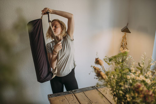 crowdfunding campaign hejhej-bag - the campaign is currently running and this girl shows you how to wear the yoga mat bag