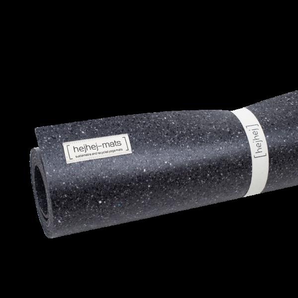 Die dunkle hejhej-mats ist die erste dunkle recycelte Yogamatte mit einer einzigartigen Mosaik Optik.