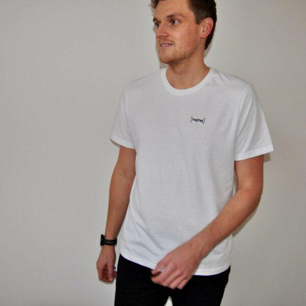 Niklas wears the white hejhej-shirt in size L