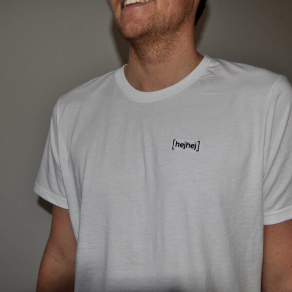 The hejhej logo is embroidered on the shirt and not printed.