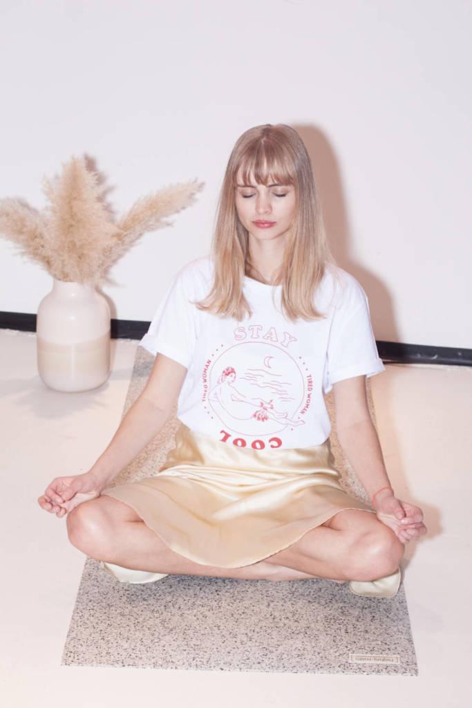 Meditieren lässt es sich super im WOMON Shirt auf der hellen hejhej-mat.