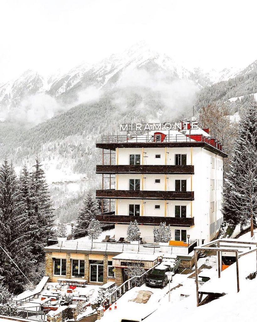Verschneit mit einer Berglandschaft im Hintergrund liegt eins der besten Yoga Hotels: Das Miramonte.