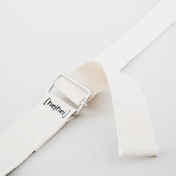 The hejhej-strap is made of hemp and has a silver buckle.