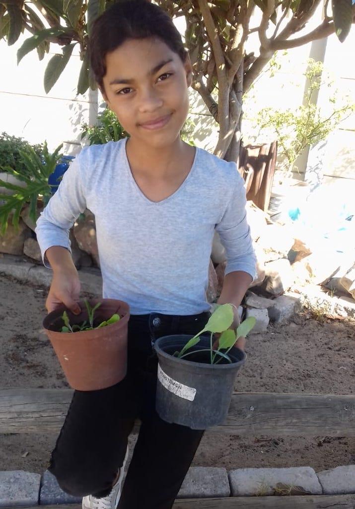 Mädchen mit Pflanzentöpfen - hejhej-mats Einfluss auf soziale Nachhaltigkeit