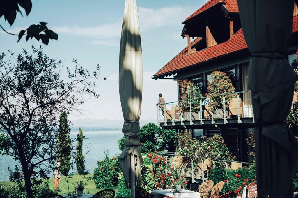 Die besten Yoga Hotels: Das Haus am See liegt direkt am Bodensee. Hier sieht man einen Teil des Hotels und einen Teil des Bodensees.