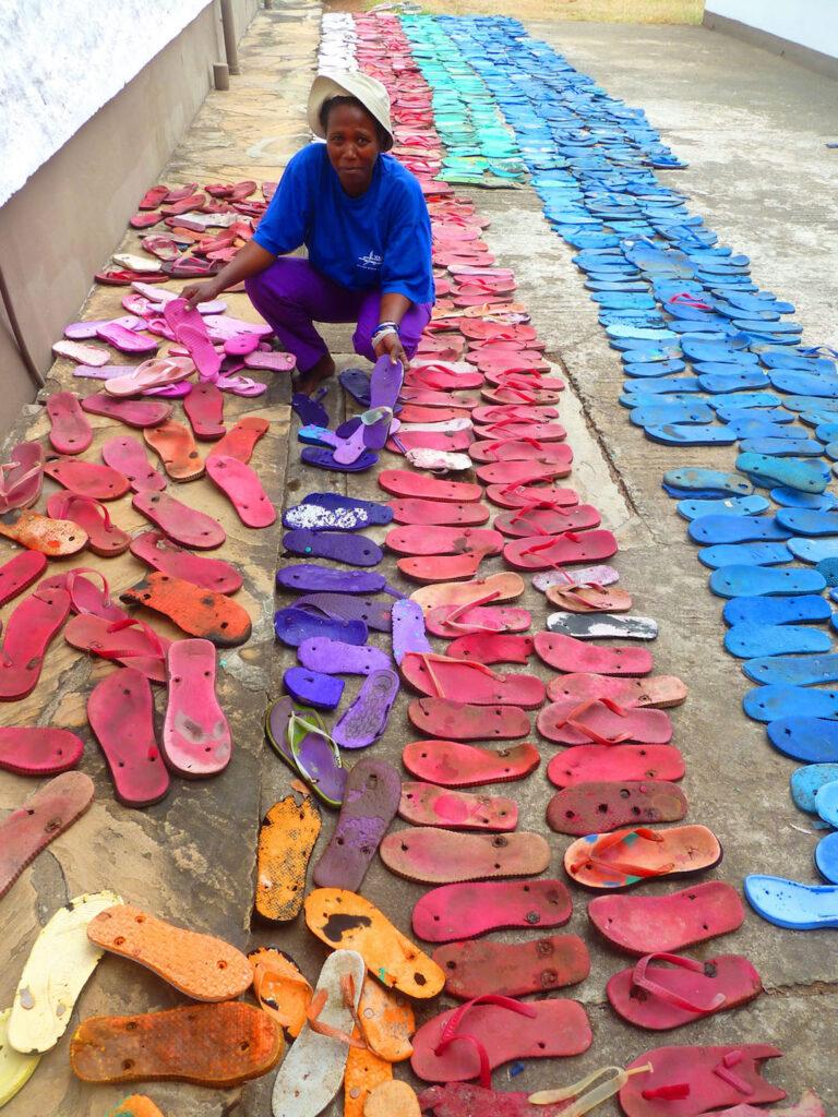 Gesammelten Flip-Flops werden nach Farben sortiert