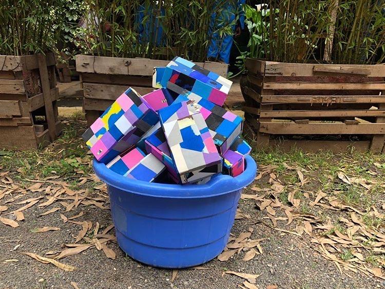 Yoga Blöcke aus Flip-Flops gesammelt in einem Eimer