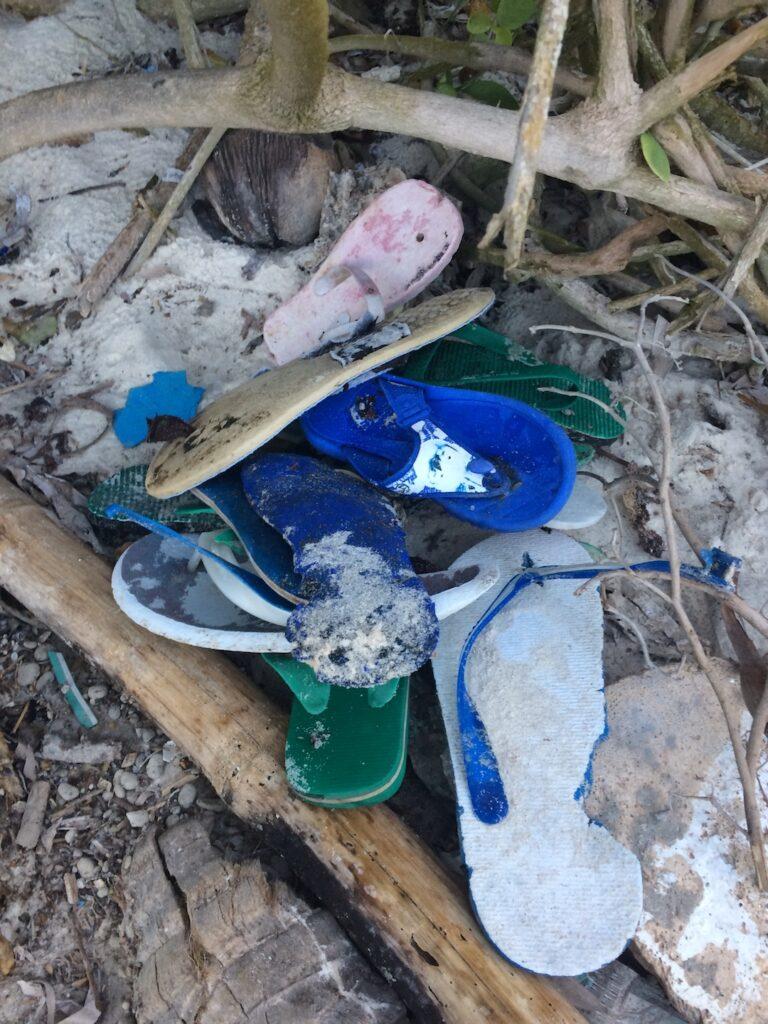 Flip-Flops sind ein großer Teil des Plastik Mülls an den Stränden von Kenia