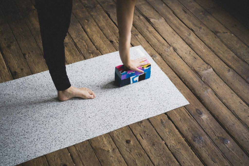Yoga Block aus Flip-Flops wird als Hilfsmittel während des Yogas genutzt