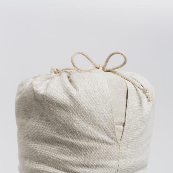 Fokus auf dem unteren Teil des hejhej-bolsters: Die Kordel zum verschließen ist aus biologischem Hanf.