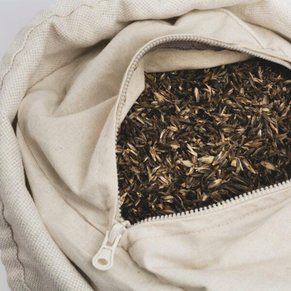 Das Innenleben des hejhej-bolsters besteht aus Dinkel und Emmerspelzen. Hier sieht man die Spelze sehr nah.