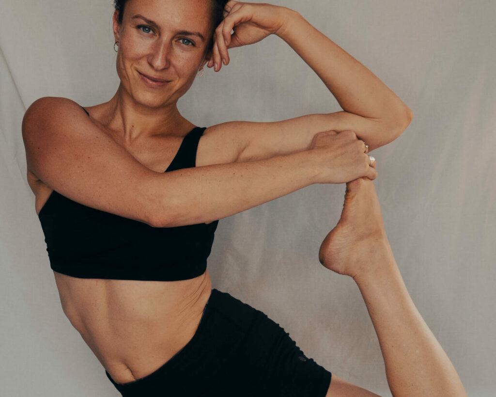 Marta macht eine Yoga Asana