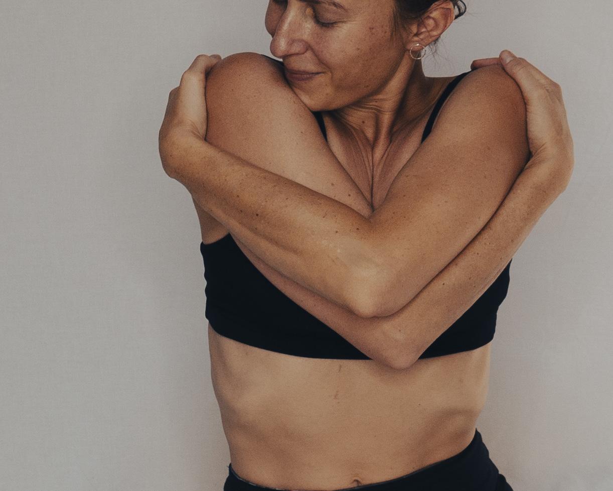 Marta umarmt sich selbst um den Stress loszulassen