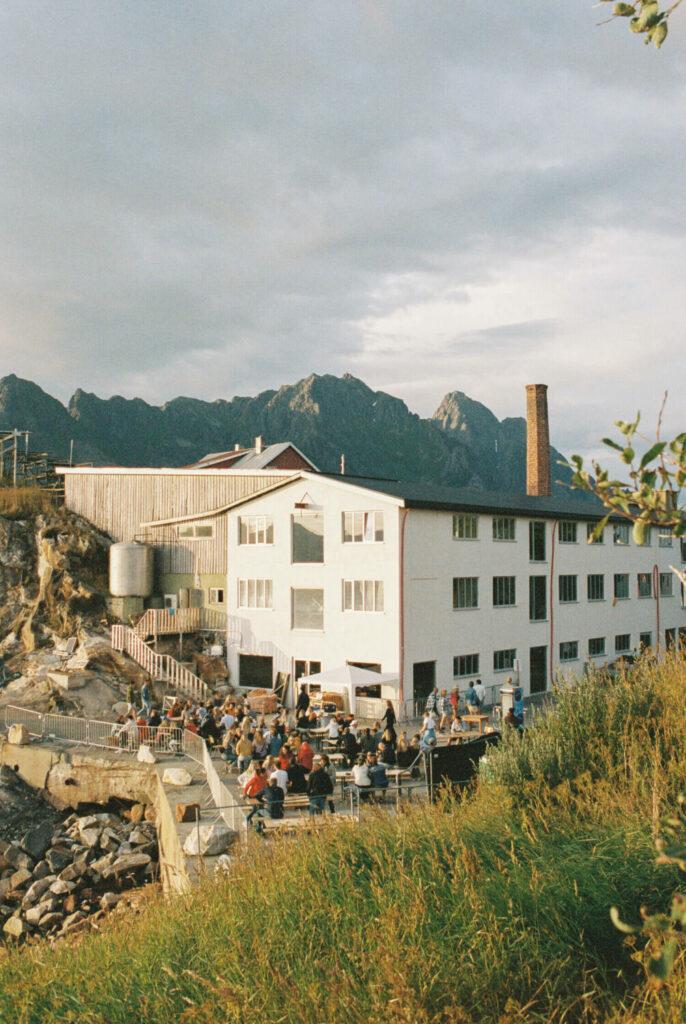 Die Atmosphäre von der Trevarefabrikken super schön eingefangen von außen mit einer Ansammlung von glücklichen Menschen