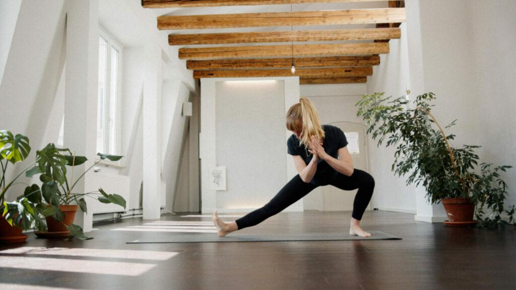 Frau im Holywow Yogastudio in Nürnberg bei einer Yoga Übung auf der hejhej-mat