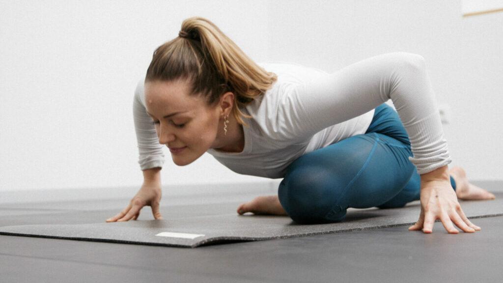 Frau macht eine online yoga Übung auf der hejhej-mat