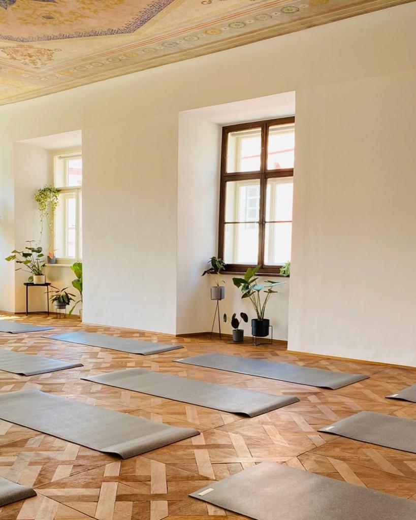 die rather dark hejhej-mats liegen auf einem wunderschönen Boden im Grazer Studio Sweet Spot