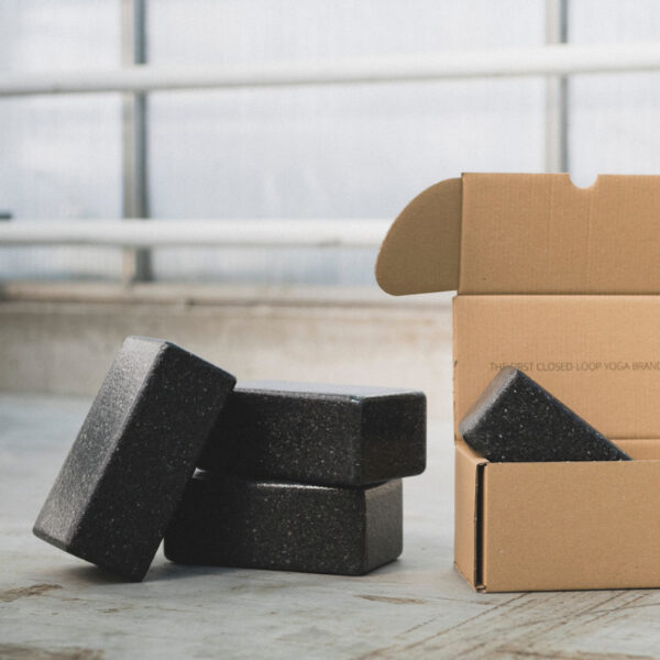 Mehrere Yogablöcke liegen gespaltet und in einem Karton nebeneinander.